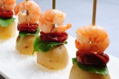 Palitinhos de camarão com batatas novas, manjericão e tomate confit.