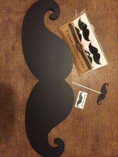 Fête thème moustache (ardoise géante, accessoires photobooth, paille moustache, tattoos éphémères) . Mustache party