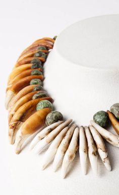 North America - Great Plains, Cheyenne Indian Reserves | Necklace; coyote teeth alternating with jadeite beads. L: 57 cm | ca. end of the 19th century | Est. 2'000 - 2'500€