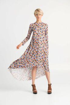 SUKIENKA PEGASE SHORTDługa i zwiewna sukienka w paski.- zwiewności i lekkości dodają jej drapowania umieszczone na plecach pod linią łopatek - bez podszewki-przód krótszy, tył dłuższy-rękaw długi długość 22  cm Długość sukienki  przód: 110 cm, tył: 150 cmKolor: wielokolorowa grafika w piórkaMateriał : dżersejSkład: wiskoza 93% lycra 7 %Sposób prania : pranie w pralce do 40 °C , suszyć na leżąco , zalecane prasowanie na lewej stronie do 110 °CModelka ma 178 cm wzrostu i ma na sobie sukienkę…