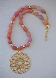 Hermoso collar realizado en piedra natural, las piedras son agatas tubulares de color coral que combinan perfectamente con el dorado de los abalorios de metal. El colgante es un mandala calado de zamak con baño dorado.El zamak es una aleacion de aluminio y zinc, que no pesa demasiado. El Diy Jewelry Rings, Bead Jewellery, Jewelry Crafts, Beaded Jewelry, Jewelery, Jewelry Accessories, Jewelry Necklaces, Beaded Necklace, Jewelry Design