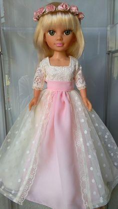 Estos trajes son unos encargos que me han hecho iguales que los de las niñas que comulgan Sewing Doll Clothes, Sewing Dolls, Nancy Doll, Fun Diy Crafts, Cat Doll, 18 Inch Doll, Girl Room, Barbie, Knit Crochet