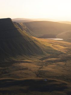 The mountains and hills of Brecon Beacons in Wales are incredibly beautiful and romantic. A beautiful location for a destination elopement! Wales Snowdonia, The Beautiful Country, Beautiful Places, Brecon Beacons, Monuments, Holiday Places, England And Scotland, All Nature, Blog Voyage