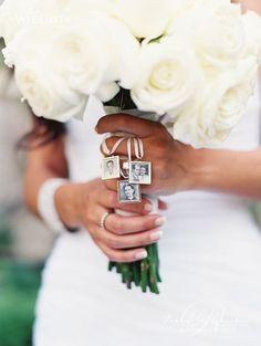Medaillen Fotoanhänger für den Brautstrauß für Familienmitglieder, die nicht dabei sein können, Accessoire für Deine Hochzeit / memorial picture pendant for your bridal bouquet made by Sarahs Welt via DaWanda.com