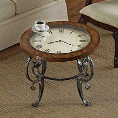 Nessa mesinha de centro, o design antigo lembra uma relíquia e o relógio funciona de verdade, à base de pilhas.