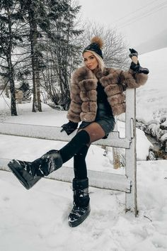 Winter Boots Outfits, Stylish Winter Outfits, Fur Fashion, Winter Fashion, Fashion Outfits, Photographer Outfit, Snowboard Girl, Snow Girl, Snow Outfit