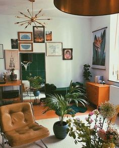 Modern mid-century living room that brings your home to life with a new, distinctive interior style - pinentry.top - Modern mid-century living room that revitalizes your home with a new, distinctive interior style, # - Decoration Inspiration, Decoration Design, Decor Ideas, Decorating Ideas, Design Inspiration, Retro Home Decor, Easy Home Decor, 70s Decor, Vintage Decor