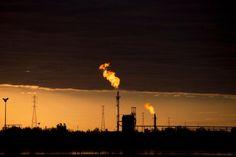 En esta imagen tomada el 18 de febrero de 2015, vista de llamas ardiendo en un complejo petrolero cerca de El Tigre, una localidad ubicada dentro del cinturón del petróleo de Hugo Chavez en Venezuela, conocido formalmente como franja Orinoco. (Foto AP/Fernando Llano)