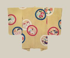 Taisho Haori, Taisho era (1912-1926). This silk haori has bold, circular flower yuzen-dyed motifs on a light golden-yellow rinzu background. The Kimono Gallery