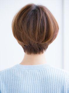 ~どんな方にオススメか~後頭部がペタッとなりやすい頭の形をしている方や、ショートスタイルにしたいけどボーイッシュになっちゃうのが嫌な方、ふんわり可愛い女性らしいショートスタイルにしたい方にオススメです。 朝時間がなくて、スタイリングが簡単なヘアスタイルが希望の方や、乾かすだけで簡単に出来ちゃうヘアスタイルが希望の方にもオススメです。