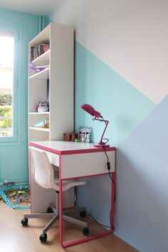 Graphic painting game with Scandinavian influences in a child's room in turquoise and purple tones (blue and green