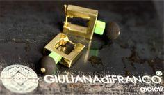 orecchini in oro giallo, turchese verde e polvere di lava.
