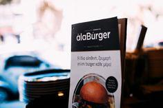 Οι μεγάλες αγάπες πάνε παραλία! Καλό καλοκαίρι συντροφιά με τα αγαπημένα σας burgers... Απολαύστε τα όλα και στον χώρο σας! Τηλέφωνα παραγγελιών: Ala Burger Quality Food Πέτρου Ράλλη 527 Νίκαια 2104920233 #burger #alaburger #nikaia #minichorizo #onions rings #sesamybbqstrips #mozzarella #sticks #sandwich #burgernikaia #kidsmenou #picante #sweetchili #truffle mayo #caesar #blue cheese #honeymustard #caesar's #alaburger #qualityfoods #clubsandwich #kaiser Kobe, Coffee Maker, Mozzarella Sticks, Kitchen Appliances, Drinks, Coffee Maker Machine, Diy Kitchen Appliances, Drinking, Coffee Percolator