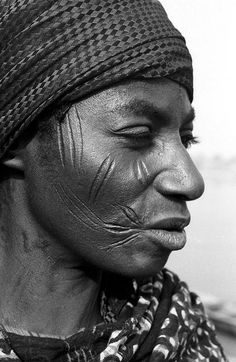 Africa | Woman with facial scarifications. Benue Plateau, Nigeria. 1971 | ©Eliot Elisofon || The scarification on both cheeks is historically common in the Nupe and can be found throughout various Nigerian populations.