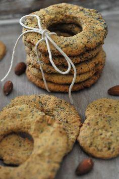 Proste ciasteczka migdałowe z makiem  sprawdzą  się doskonale w roli szybkiej przekąski, albo zdrowego, słodkiego wsadu do śniadaniówki. ...