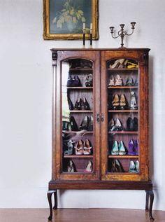しっかりとしたシューズクロークがないお家は、お気に入りのチェストに靴を収納してみてはいかがでしょう。靴を大事に使っていくためには綺麗にメンテナンスして、ショーケースに飾るように収納しておくとよいですね。