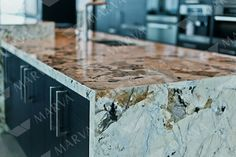 Los topes de granito aportan valor a tu casa Granite Bathroom, Granite Kitchen, Kitchen Countertops, Kitchen Islands, Waterfall Counter, Waterfall Island, Verona, Green Magic Homes, Barn Kitchen