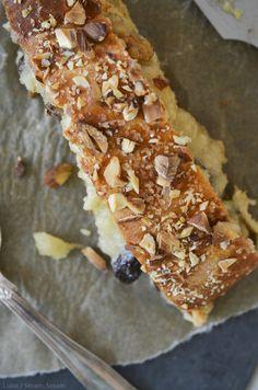 Snasket kringle med æble-marcipanremonce, rosiner og valnødder — Sesam, Sesam