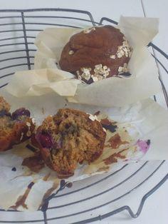 Speltmuffins met bosbessen! smakelijck.nl Healthy Baking, Healthy Snacks, Sweet Cookies, Baking Recipes, Muffins, Breakfast, Desserts, Food, Cooking Recipes