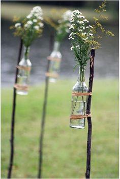 idée sympa avec des bouteilles! on peut faire la même chose avec des pots de yaourt ou l'on y déposera des bougies