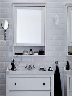 New York, Paris, Tel Aviv och Tokyo… den kontinentala och svart-vita stilen älskas världen över för sin tidlöshet. HEMNES/RÄTTVIKEN kommod med 2 lådor, HEMNES spegelskåp, RUNSKÄR tvättställsblandare, ÖSTANÅ vägglampa och FRÄCK spegel.