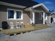Nu har vi bott i vårt hus i ett år och. House With Porch, House Front, Dormer Bungalow, Large Gazebo, Hot Tub Gazebo, Front Porch Design, Porch Steps, Garden Steps, Built In Bench