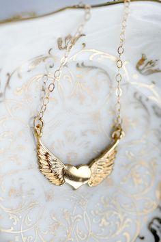 """שרשרת גולדפילד עם תליון חלומי ורומנטי של לב זהב קטן ומצידו כנפיים מדהימה על הצאוור ♥   התליון מחובר משני קצוותיו לשרשרת גולדפילד 14K זהב, באורך 44 ס""""מ  התליון עשוי פליז בציפוי 24K זהב, רוחבו 2.2 ס""""מ  <a href=""""http://market.marmelada.co.il/kululush/14385"""">חזרה למחלקת שרשראות גולדפילד</a>  ♥ ניתן לרכוש את הפריט דרך אתר מרמלדה-מרקט, או בעסקת-אשראי בטלפון: 0524-397-579 ♥ על מנת לשמור על התכשיט לאורך זמן, אין להרטיבו בשום צורה (כולל בישום) ♥ הפריט ישלח אליך באמצעות דואר רשום ארוז בקופסה..."""