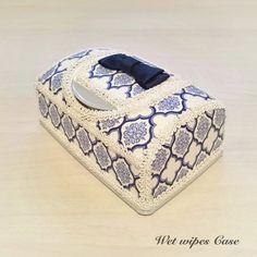リニューアル後のシルコットのウェットティッシュケースをデコレーションした作品になります。メイクルームや寝室、リビング等に置いて頂いてもとってもお洒落です。中に入る大きさのウェットティッシュでしたら、お好きなウェットティッシュケースとしてお使いいただけます。(トイレクリーナー・おしりふき等)●カラー:モロッカン柄(ホワイト×ブルー)●サイズ:幅160mm×奥行き100mm×高さ75mm●素材:綿100パーセント(シーチング生地)・ポリエステル●注意事項:1つ1つ丁寧に製作しておりますが接着剤がはみ出している場合があります。布の周りをデコレーションしているリボンに部分的に糸のほつれやデザインのループが飛んでいる場合等があります。同じ商品であっても、布やリボンに多少の色の違いがあったり固体差がある場合があります。ハンドメイド品の良さとしてご理解頂けると幸いです。気になる方はご注文をお控え下さい。●作家名:TINGARA☆#ウェットティッシュケース #リボン #デコレーション #オリジナル #お掃除シート #おしりふき #詰め替え可能 #可愛いインテリア #大人かわいい #雑貨…