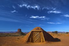 27 Absolutely Stunning Underground Homes -A hogan in Arizona Arizona, Underground Homes, Underground Living, Unusual Homes, Earth Homes, Expensive Houses, Unique Architecture, Earthship, Monument Valley