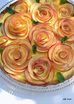 : Crostata per la festa della mamma Mini Desserts, Just Desserts, Dessert Recipes, Cute Food, Yummy Food, Bread Art, Cake Shapes, Food Garnishes, Fruit Tart