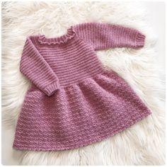Emma kjolen – loops of liberty Knitting For Kids, Crochet For Kids, Baby Knitting, Crochet Baby Dress Pattern, Knit Crochet, Knitting Patterns, Crochet Patterns, Baby Barn, Baby Girl Dresses