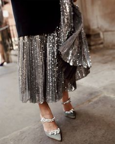 Partywear: Sequin Skirts For The Festive Season Star Fashion, Look Fashion, Fashion Photo, Fashion Outfits, Fashion Beauty, Woman Outfits, Fashion Details, Fashion Ideas, Best Street Style
