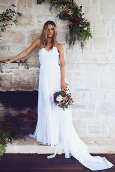 El vestido Hollie 2.0 tiene una baja espalda y elegante blusa de encaje francés con apliques a mano con paneles de gasa de seda etéreas que fluyen desde los hombros para un look inspirado en una diosa. La falda está hecha del mismo delicado encaje blanco con una silueta de primera hendidura y superposición de gasa pura, proporcionando destellos sutiles de la piel mientras se mueve. Es básicamente el vestido de toda novia bohemia para un casamiento afuera o en una playa. Cuesta $1870 dólares.