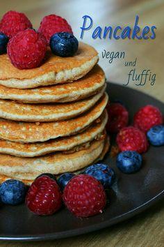 Auf meinem Blog findest Du ein einfaches Rezept für vegane, fluffige Pancakes mit nur vier Zutaten. Außerdem sind sie sehr proteinreich und eignen sich perfekt als Frühstück. // Lisawegmann.de regularsports Lisa Wegmann Rezept recipe