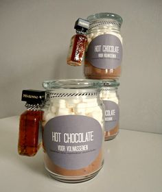 Hot chocolate voor volwassenen. Ingredienten: cacaopoeder (gezoet), marshmallows. amaretto/baileys.  Leuk om cadeau te geven.  Gevonden op foodloveandhappiness.