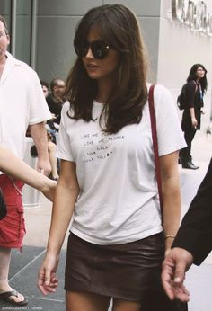 Her hair always looks so good. And I love the simple tee and leather skirt combo Jenna Coleman! Her hair always looks so good. And I love the simple tee and leather skirt combo Hairstyles With Bangs, Trendy Hairstyles, Layered Hairstyles, Long Fringe Hairstyles, Hairstyles Videos, Updo Hairstyle, Prom Hairstyles, Cabelo Kate Middleton, Kate Middleton Haircut