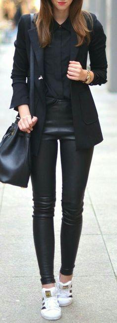 Total look black femme avec blazer noir, chemise noire et legging en cuir noir Sneakers blanches elegancia-geneve.com