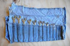 Make these Denim Projects for the Blue Jeans' Birthday You may not be able to wear them anymore, but you can always repurpose an old pair of jeans into a multitude of useful things using its durable denim fabric Diy Jeans, Jean Crafts, Denim Crafts, Blue Jeans, Blue Denim, Work Jeans, Denim Ideas, Denim Bag, Denim Fabric