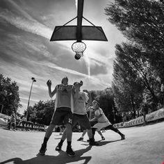 Sotto canestro la lotta si fa dura.    Foto di Claudio Manenti © All rights reserved. Use without permission is illegal.