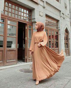 Abaya Style 596234438149034547 - Görüntünün olası içeriği: 1 kişi, ayakta Source by tubasngrs Modern Hijab Fashion, Islamic Fashion, Abaya Fashion, Muslim Fashion, Modest Fashion, Fashion Clothes, Fashion Outfits, Hijab Outfit, Hijab Dress Party