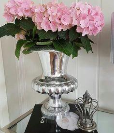 #Repost @randikaroliussen Bare elsker denne vasen fra #classicliving  Tirsdag kommer sofaen jeg har bestilt også!  Ha en fin søndag!  #rihannapokalvase #myhome #mystyle #blomster #lovelyinterior #interiorandhome #interior_and_living #interior #interiør #glaminterior1 #interior125 #details #hortensia