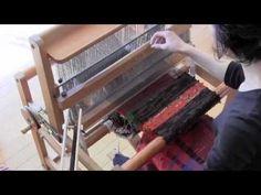 Saori rag shuttle in use. ▶ 裂き織りシャトルの使い方 - YouTube
