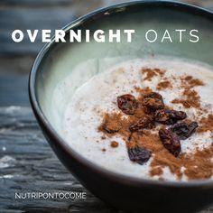 """""""Overnight oats"""" é uma opção de pequeno-almoço rápida, fácil de fazer, nutritiva e bastante saciante. A receita base precisa deflocos de aveia, que ficam de noite a demolhar em leite o…"""