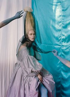 Acne Studios gown. Foto Tim Walker