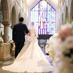 トレーンが美しく見えるのは、もちろん後ろ姿ショット | marry[マリー] Japanese Wedding, Wedding Images, Simply Beautiful, Engagement Photos, Bride, Couples, Celebrities, Wedding Dresses, Pretty