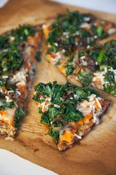 Sweet potato, kale & carmelized onion pizza on cauliflower crust. Recipe at http://ohmyveggies.com/recipe-sweet-potato-pizza-with-kale-and-caramelized-onions/