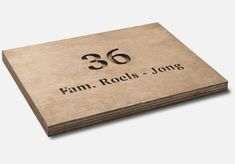 Gepersonaliseerd naambord van hout #naambord #signage #design Sliders, Signage, Office Supplies, Place Card Holders, Cards, Design, Stationery, Maps, Design Comics