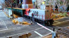 Locomotora 308 diesel RENFE. Escala H0. Parte III.  Locomotora 308 diesel RENFE con un corte de vagones abiertos X-3 cargados de madera.