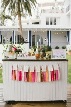 Summer Wedding Ideas Can't get enough of this tropical wedding inspiration! The perfect summer wedding setting with bright colours and gold accents. Tropical Bridal Showers, Tropical Party, Tropical Garden, Garden Party Cakes, Modern Wedding Inspiration, Chic Wedding, Wedding Ideas, Perfect Wedding, Wedding Ring