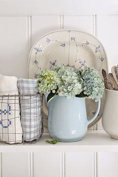 blue and white : fresh shabby chic look - hydrangeas are always great to add in a farmhouse decor - up cycled vintage pot Cottage Chic, Cottage Living, Shabby Cottage, French Cottage, Cottage Style, Country Living, Decoration Shabby, Shabby Chic Decor, Decorations